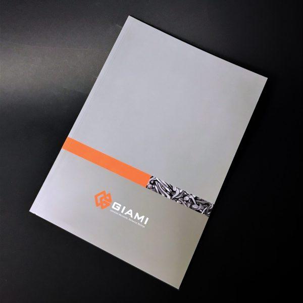 Company profile 32 pagine 6 colori metallizzato, plastica + UV, brossura cucita , 500 pcs